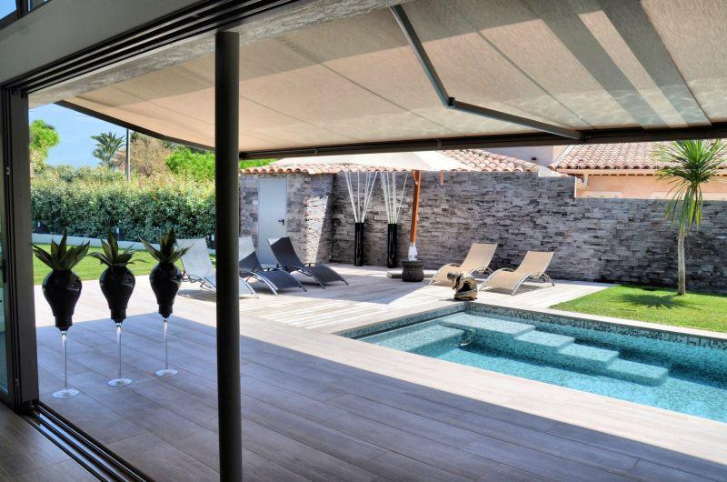 construction d 39 une villa moderne cassis d coration d 39 int rieur et composition florale var. Black Bedroom Furniture Sets. Home Design Ideas